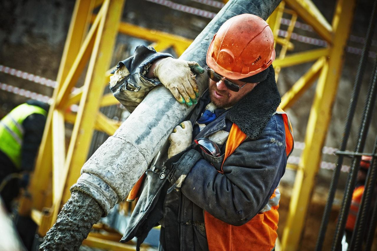 arbetare bär tung maskin
